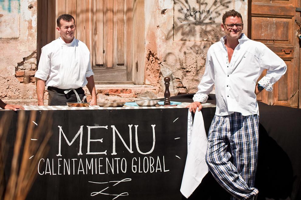 El famoso chef Rodolfo Angenscheidt esta listo para dar el show, para demostrar que con el intenso calor del mediodía ya es posible cocinar en el sol y el asfalto, una realidad que sorprendió a los incrédulos. (Elton Núñez)