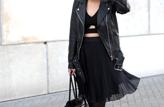 Outfit-black-pleated-skirt-crop-top