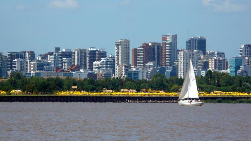 Les parasols jaunes de Buenos Aires Playa
