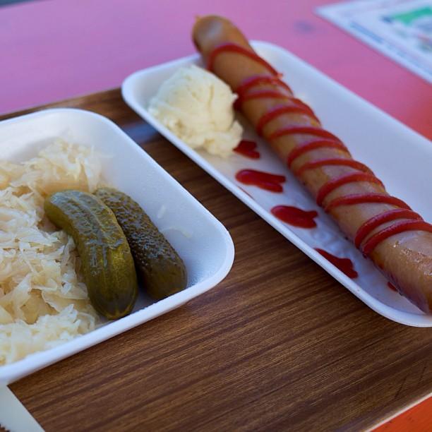 札幌ドイツ村(大通ビアガーデン西11丁目)にて。 ベルリナー・カリーヴルスト(ソーセージにケチャップとカレーパウダーをかけたもの。600円)とザワークラウト(500円)。以前ベルリンで食べたものが懐かしく、ちょっと高いなぁと思いながらも、ついつい。悪くはないのですが、カレーパウダーが少なすぎでほぼケチャップの味しかしないのが残念。やはりベルリンに行こうと思った次第。 ちなみに、北海道の夏は短いのでビアガーデンは8月15日で営業終了です。