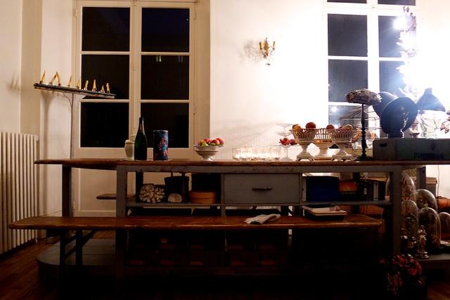 テーブルは、むかしのお針子さんたちが使ってた作業台。椅子はドイツのビアハウスのもの。