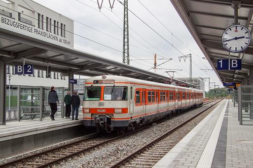 """Der historische ET420 001 auf """"Eröffnungsfahrt"""" im neuen Bahnhof München-Freiham"""