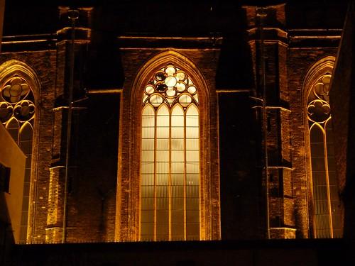Vidrieras iluminadas en la Basílica de Santa María (Gdansk)