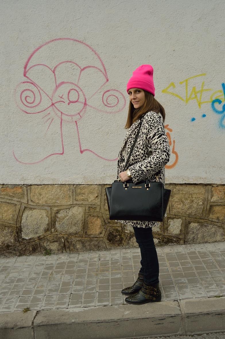 lara-vazquez-madlula-blog-fashion-pop-of-pink-beanie-outfit-white-black
