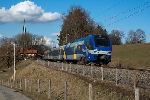 ET 303 überquert in Kürze den letzten Föchinger Bahnübergang