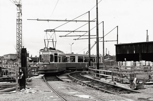 Im März 1966 laufen die Bauarbeiten an der Schenkendorfstraße bereits auf Hochtouren. Immerhin sollte bereits eineinhalb Jahre später der erste öffentliche Probebetrieb starten. Wir sehen den M5-Wagen 977 auf der Fahrt zur nahegelegenen Schleife am Nordfriedhof (Bild: Peter Wagner/Archiv: FMTM e.V.)