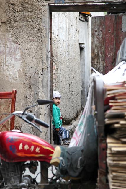 A girl in the back alley, Urumqi downtown ウルムチ、路地裏の少女