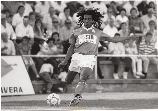 Óscar Engonga golpea el balón en un partido del CD Toledo de la temporada 1991/1992  © Fotografía de Carlos Monroy