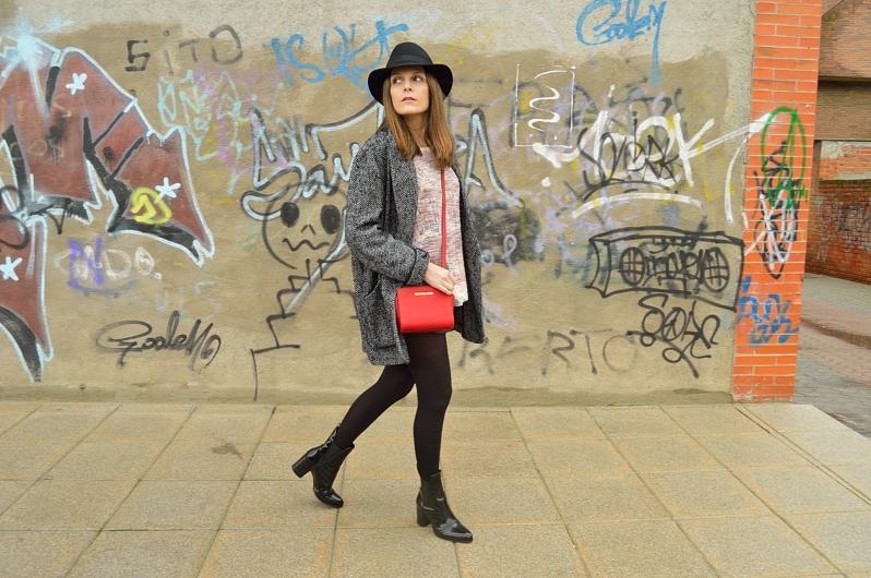 lara-vazquez-madlula-blog-red-bag-hat-winter-streetstyle