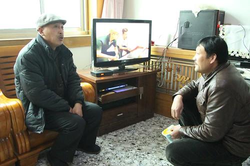 潘佐富和潘志中展示他們自己錄製的反焚燒廠節目影片,讓村民知道焚燒發電廠的危害與爭議。(圖片來源:林吉洋)