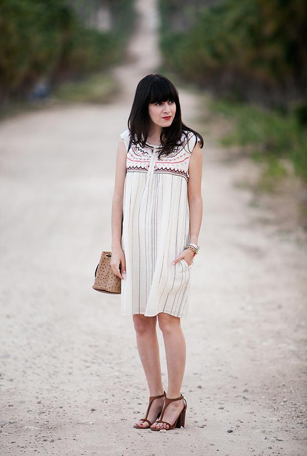 embroidered dress, celine sandals, bucket bag, שמלה אתנית, תיק, אאוטפיט, סנדלים חומים, קיץ