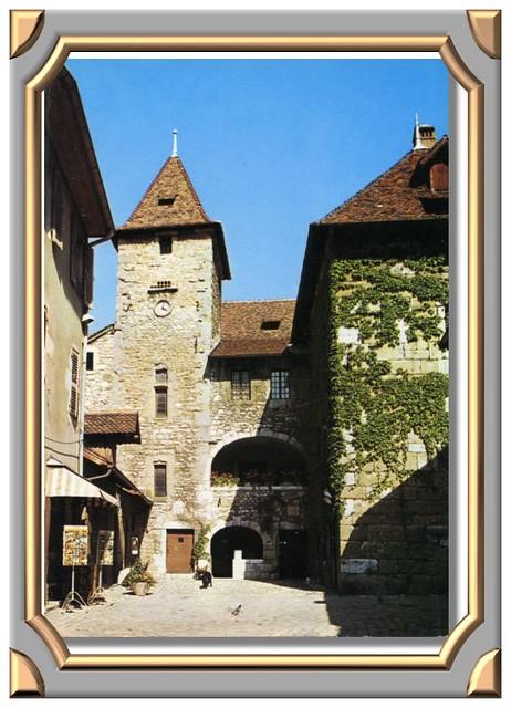 ANNECY (Haute-Savoie) Cour du Palais de l'Ile.
