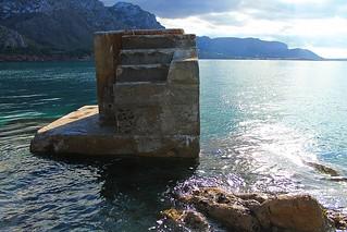escaleras en medio del agua