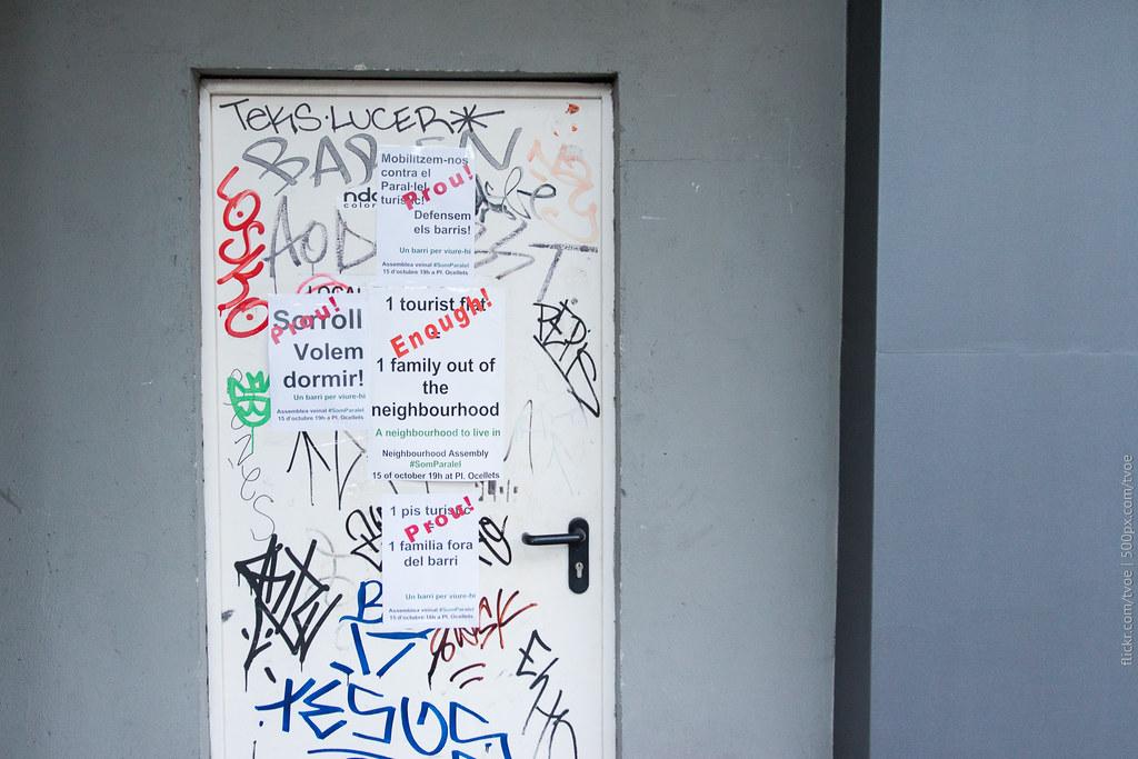 Объявления против туристических квартир в Барселоне