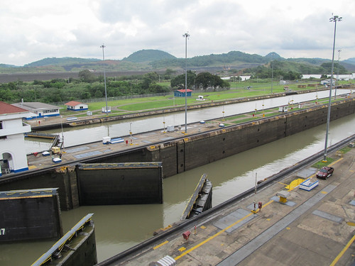 Canal de Panama: l'eau de la première voie de navigation est assez descendue, on peut maintenant ouvrir les portes de l'écluse pour laisser passer le bateau...