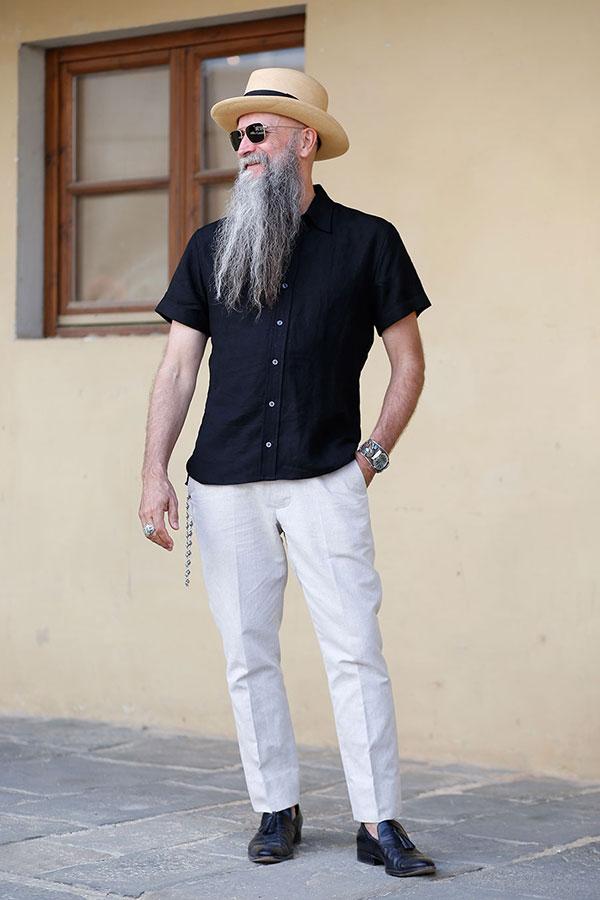 ストローハット×半袖黒シャツ×白パンツ×黒タッセルローファー