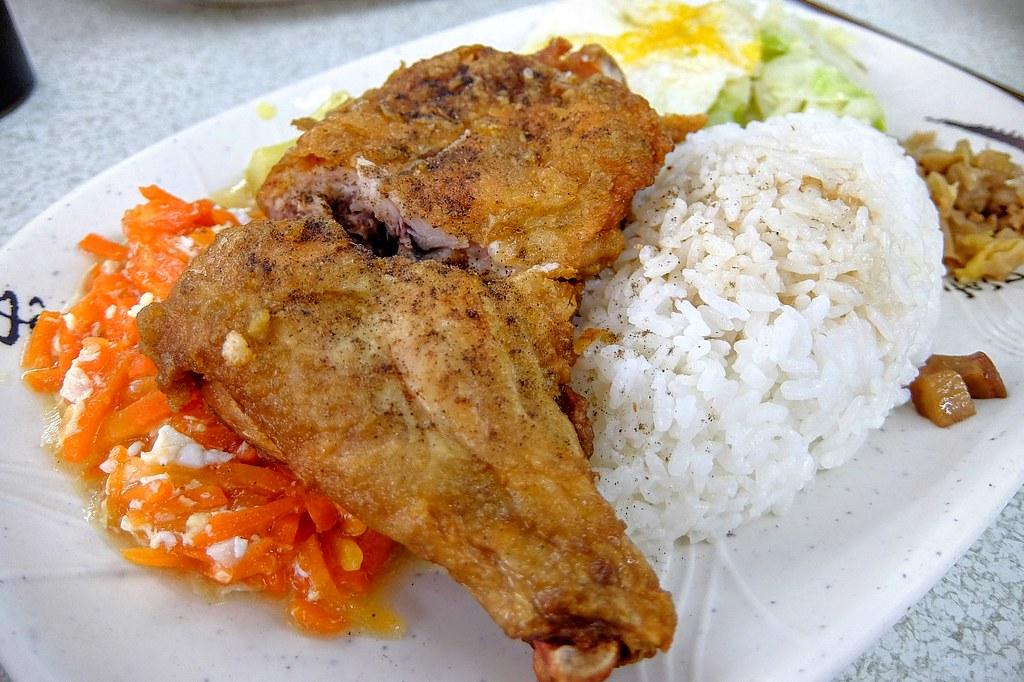 雞腿飯,旁邊有配菜(自選) 炸雞腿帶著一點鹹味,還不錯吃啊...