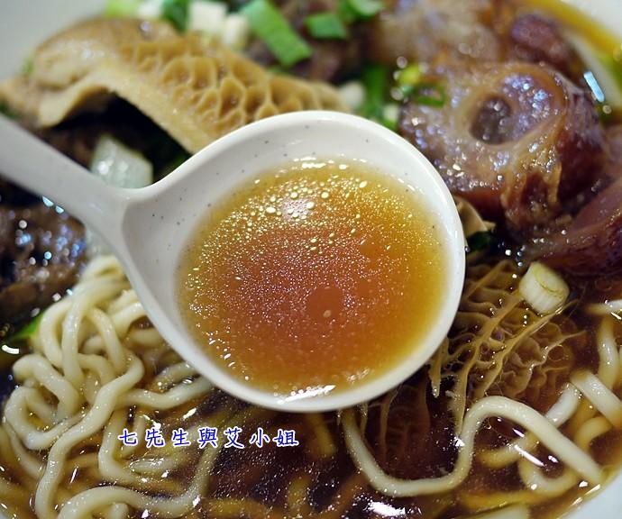 12 龍記尚品牛肉麵切湯頭