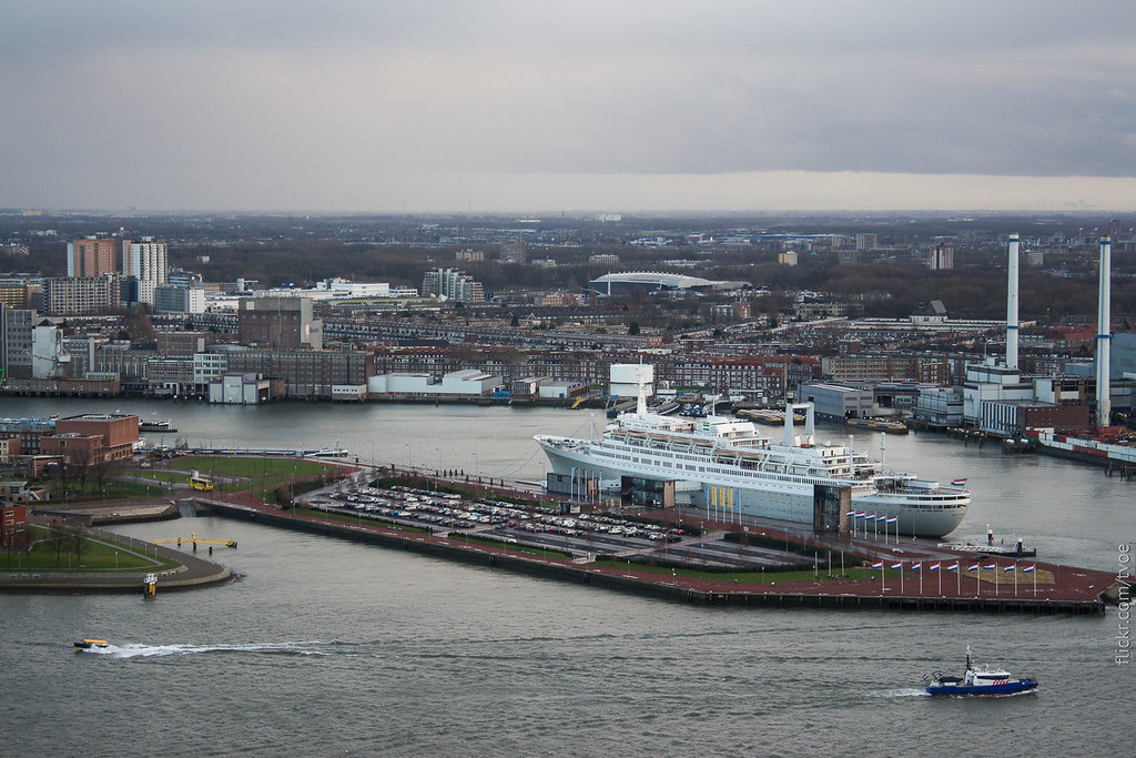 Вид на лайнер в Роттердаме