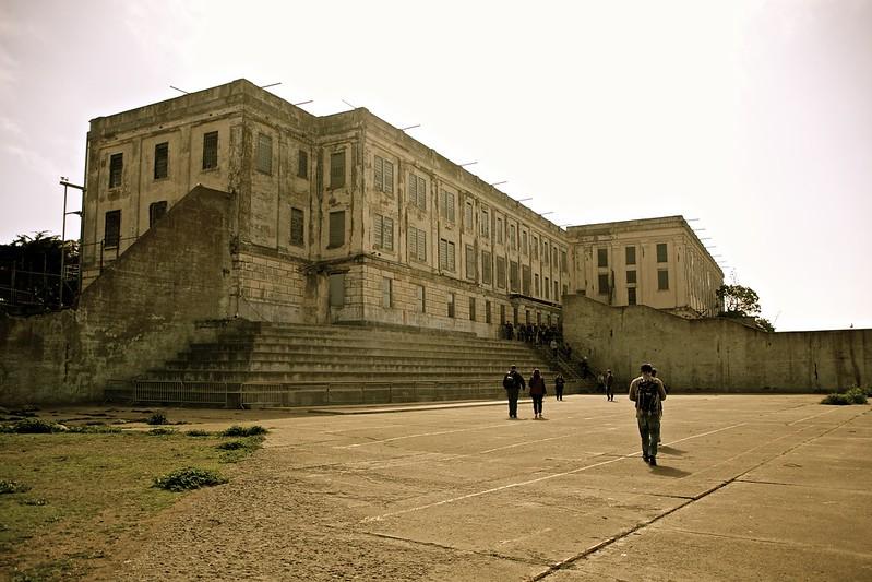 La cour extérieure de la prison d'alcatraz donnant sur la baie de San Francisco