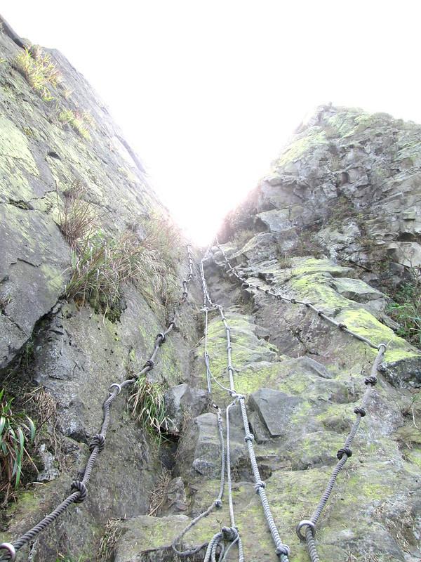 爬上半屏山峭壁是整個路程中最危險的地方,垂直角度接近 80 度,還有卡在岩石間不知會不會砸下來的石塊。