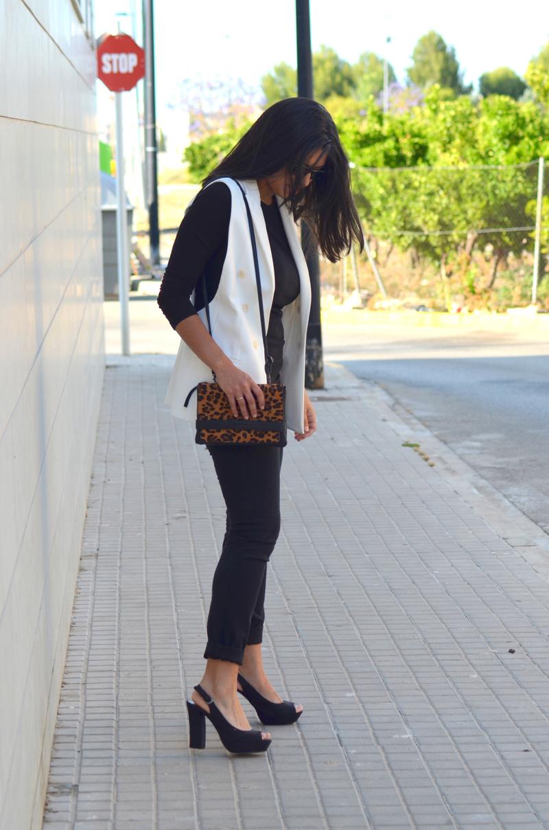 florenciablog total black look chaleco blanco como llevar chalecos leopard print stradivarius  (9)
