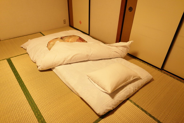 Japanese style futon on tatami flickr photo sharing for Futon e tatami