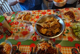Comida na mesa do barco Coramar II