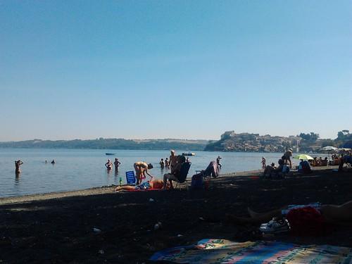 La riva del lago con i suoi bagnanti