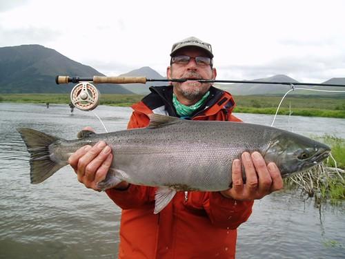 Sjaak met een verse zalm uit Alaska