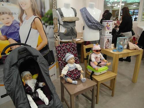 前排左起為 SnoozeShade 嬰兒推車遮光簾、totseat 攜帶式餐椅、yummiGo 隨身行增高椅子暨收納箱,後排是 ergobaby 新款四式 360 嬰兒背帶(除了這款灰色的另有黑色駝色配色的版本)、theBabaSling 嬰兒背巾@Bloom & Grow 寵愛媽咪母親節聚會
