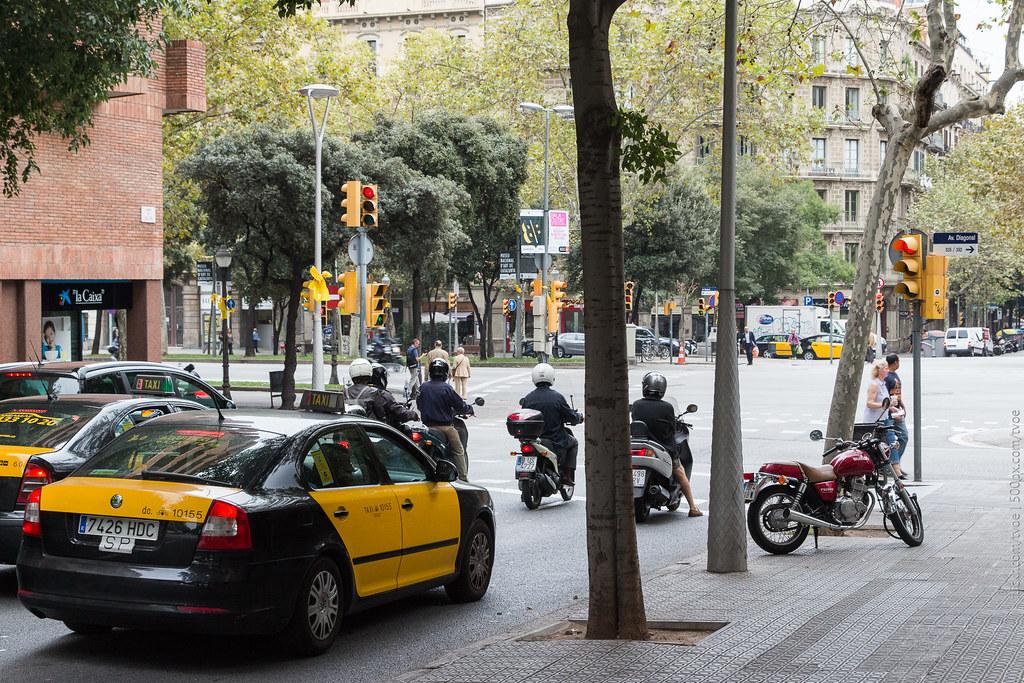 Такси и мопеды на улице в Барселоне