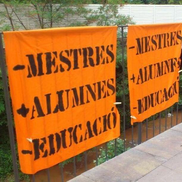 Pancartes a la 1a marxa per l'educació : -mestres, + alumnes, - educació #retallades #igerscat #osona