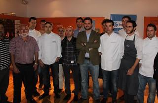 Eduardo Elorriaga, fundador de Hermeneus.es, rodeado de los cocineros Javi Izarra (Tamarises), Paul Ibarra (Etxanobe), Guillermo García (Café Iruña), Iñigo Kortabitarte (Kobika), Carlos Gulín (Makatzeta), Gorka Maiztegi (Mendibile), Txetxu González (Etxef), Carlos Andreu (Tía Caterina), Patxi Renteria (Café Bahía), Iván Siles (Gure Toki) y Gaizka Aseguinolaza (Torre Iberdrola).