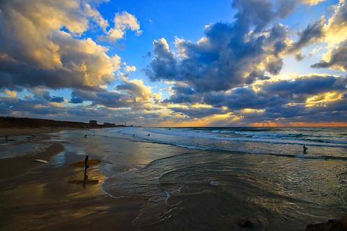 light sunset sea sky sun reflection beach nature weather clouds marina reflections landscape lights israel seascapes surfer horizon sigma wideangle bluesky surfing surfers mediterraneansea ultrawideangle hertzelia sigma1020 horizonbeach