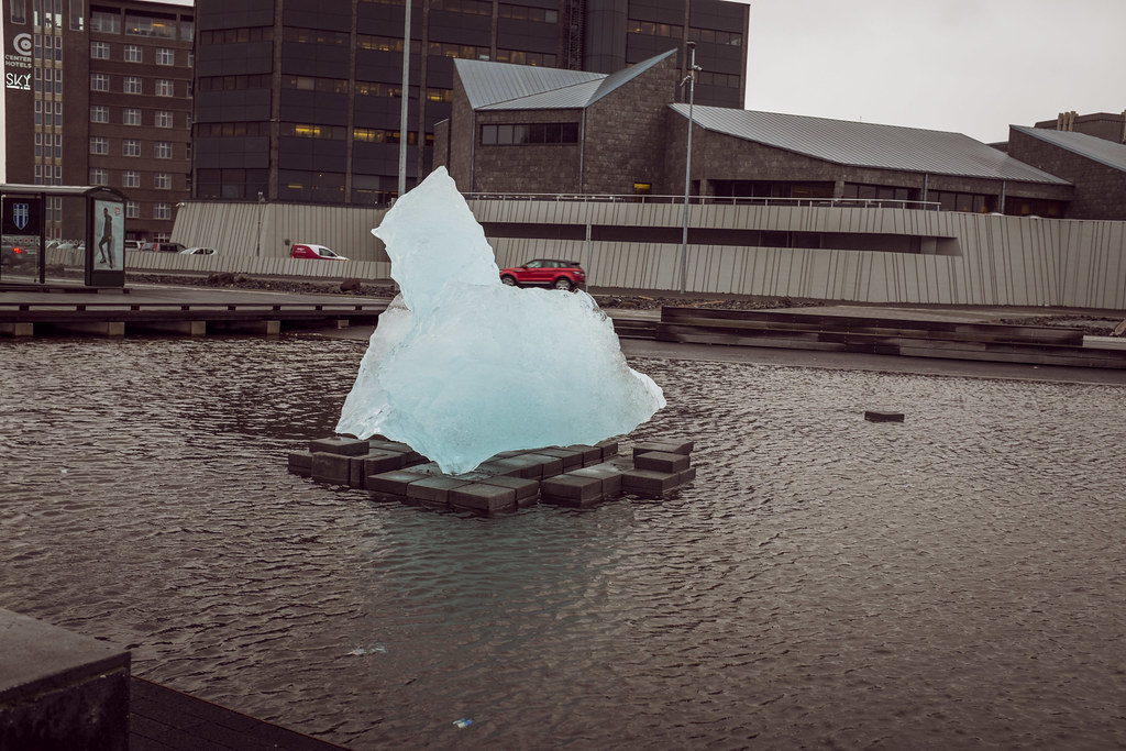Iceberg devant la Harpa