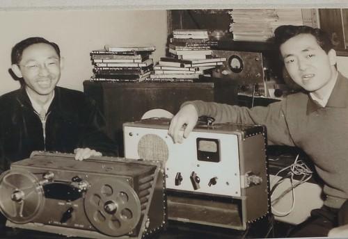 野地錄音師蒲谷鶴彥(圖左)為日本文化廣播電台提供鳥音放送節目,一做就是50年。攝影:范欽慧。