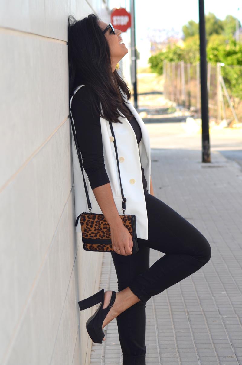 florenciablog total black look chaleco blanco como llevar chalecos leopard print stradivarius  (8)