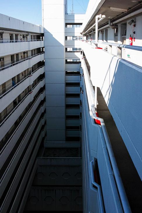 最上階から吹き抜けを見下ろす