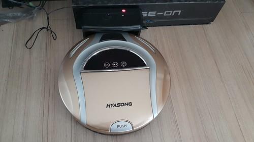 เมื่อแบตเตอรี่หมด หุ่นดูดฝุ่น Hyasong VR-101 จะกลับเข้าแท่นชาร์จเองได้