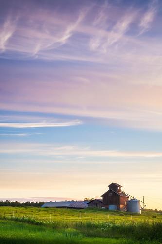 sunset summer green field barn rural suomi finland landscape evening countryside scenery view cloudy silo nordic hay scandinavia maisema auringonlasku lato kangasala pelto pirkanmaa siilo maalaismaisema