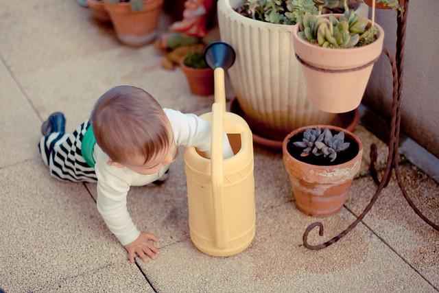 bébé sur terrasse jeu d'eau