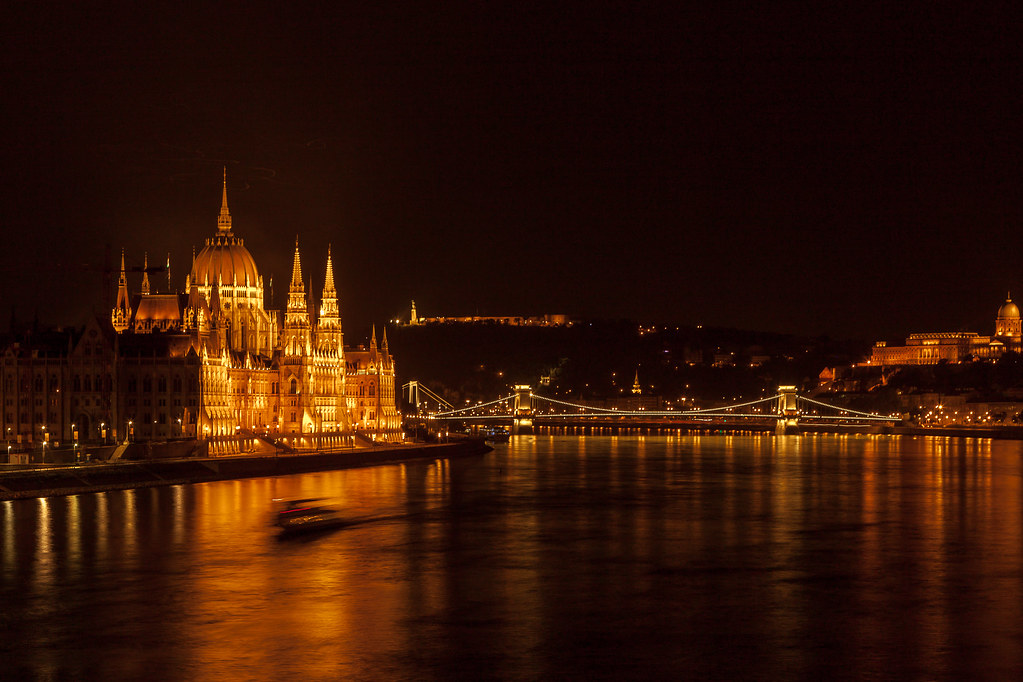 https://www.twin-loc.fr Budapest by night - Le Parlement - photo picture image photography
