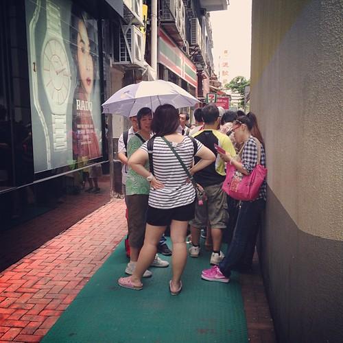 午前中のジェニーベーカリーチム店の行列。ここは最後尾ではなく折り返し地点だった#hongkong