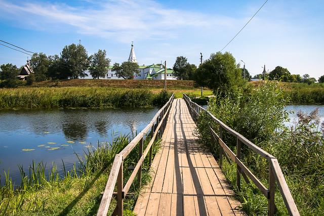Wooden bridge in Suzdal, Russia スズダリ、カーメンカ川にかかる木造の橋