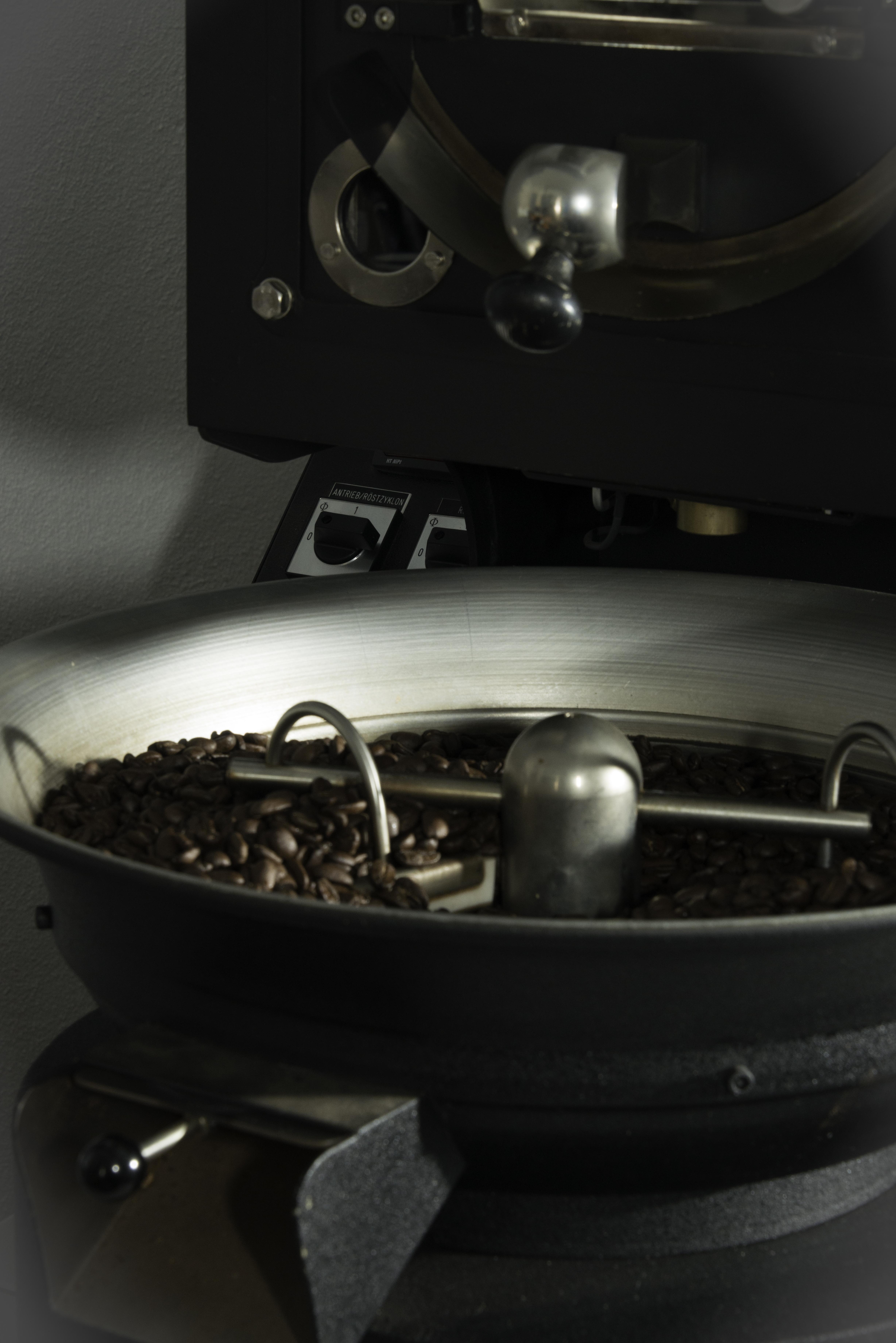 Das Auffangsieb der Kaffeeröstmaschine bei bonaaroma mit Nicaragua Maragugype