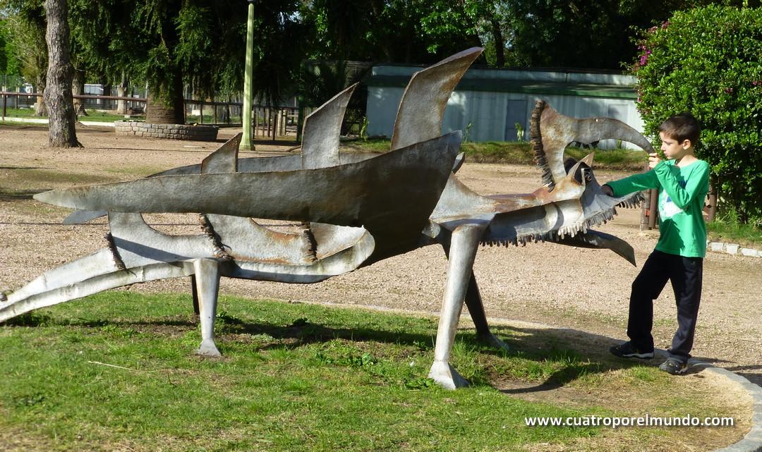 Escultura a la entrada del zoológico