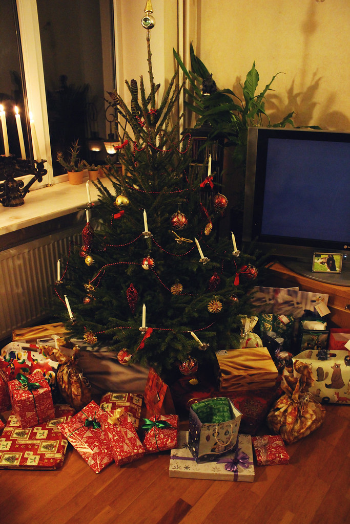 christmas-tree-and-presents
