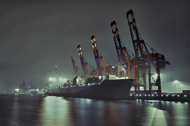 контейнеровоз в порту