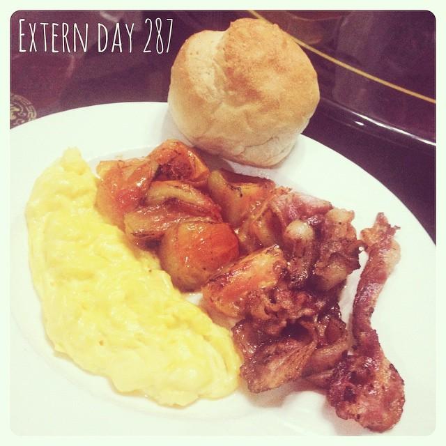 อาหารเช้าวันนี้ 🍴🍴🍴ออมเล็ทเนื้อนุ่มใส่แค่เนยกับนมรสกำลังดี มะเขือเทศผ่า4แฉกทอดพร้อมเบคอน น้ำชุ่มฉ่ำปนรสเปรี้ยว เบคอนทอดกรุบกรอบ ตบท้ายด้วยขนมปังก้อนปิ้งกรอบนอกนุ่มใน ทานคู่กับเนยเค็ม ฟินนนนนน 😍:heart